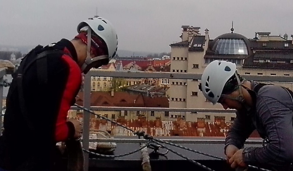 Послуги з миття фасадів  на висоті  здійснюється альпіністами